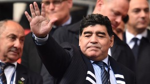 Maradona en las gradas de Wembley saludando a la afición inglesa