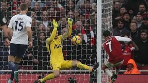 Alexis Sánchez conecta el disparo que supuso el 2-0