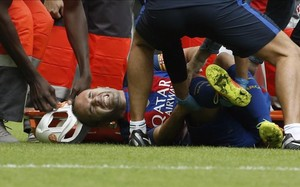 Andrés Iniesta, en el momento en el que se cayó al suelo lesionado