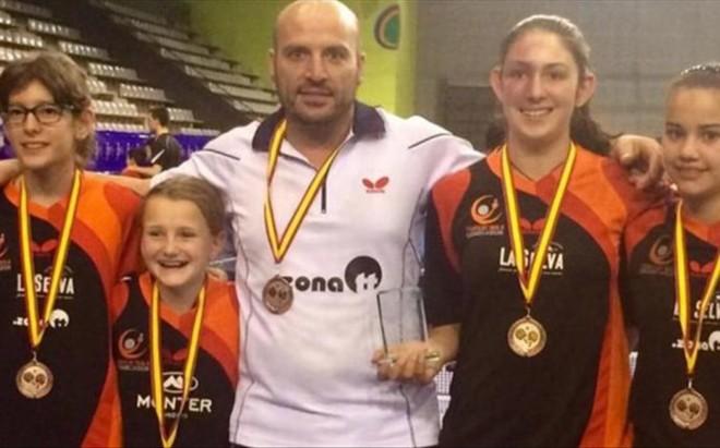 Carles Font y las componentes del equipo alev�n, bronce en el Campeonato de Espa�a