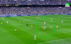 Cristiano Ronaldo le da una patada a Simón