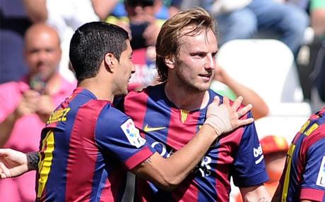 Ivan Rakitic (derecha) celebra con Luis Su�rez uno de los goles del Barcelona frente al C�rdoba