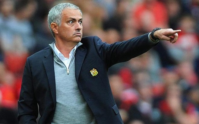 Mourinho, dando instrucciones durante el partido