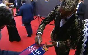 Pogba firmó autógrafos en la camiseta del Barcelona durante la gala de Zurich