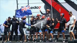 La tripulación del Team New Zealand celebra la victoria al finalizar la novena regata