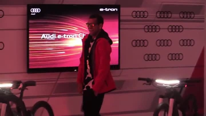 Alves no par� quieto durante la presentaci�n de los Audi