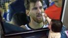 La ni�a que limpia las l�grimas de Messi se hace viral