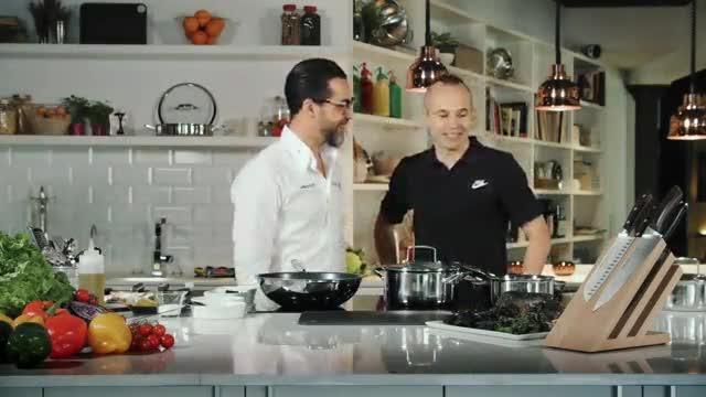 Iniesta muestra sus habilidades en la cocina