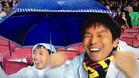 Los dos aficionados asiáticos, eufóricos en el Camp Nou