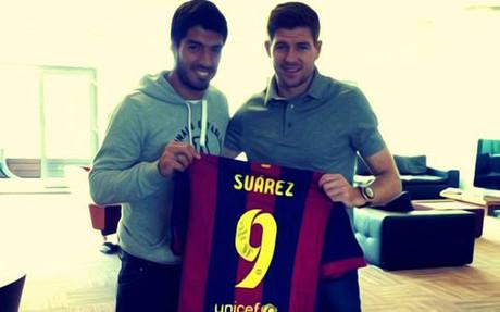 Luis Su�rez, con la camiseta que le regal� a Gerrard