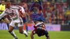 Ronaldinho cae en una pirueta espectacular delante de Cannavaro en el clásico de la temporada 2006/07 en el Bernabéu. El Barça, que llegaba como líder cayó 2-0 ante el Real Madrid.