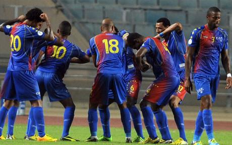 Varela, con el dorsal 3, tras uno de los goles de Cabo Verde ante Egipto el día de la alineación indebida.