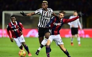 Pogba lucha por un balón en el Bolonia-Juventus