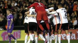 La derrota del Real Madrid en Valencia iguala la cabeza de la Liga