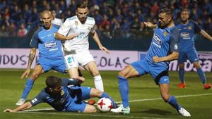Borja Mayoral controla el balón entre varios rivales en el Fuenlabrada-Real Madrid de la Copa 2017/18