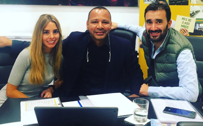Helena Condis y Juanma Casta�o, periodistas de COPE, junto a Neymar