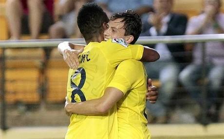 Javi Espinosa celebra un gol con su compa�ero Ikechukwu Uche