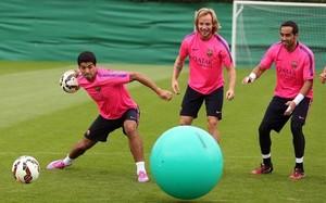 Luis Suárez, Rakitic y Bravo, en un entrenamiento