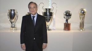 Florentino Pérez, frente a los trofeos conquistados en el 2016 en fútbol y baloncesto