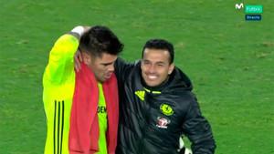 Valdés, junto a Pedro tras un duelo frente al Chelsea, abandona el Boro