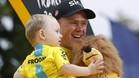 Froome, con su hijo, en el podio más deseado del mundo