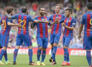 Los jugadores del Bar�a celebran el gol de Arda Turan
