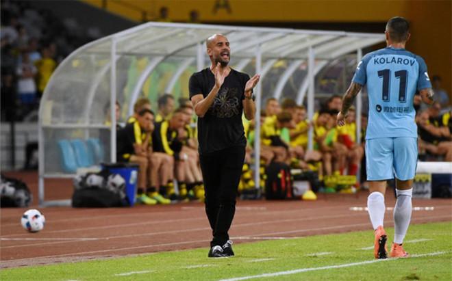 Pep Guardiola, aplaudiendo durante el partido contra el Borussia Dortmund