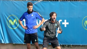 Diego Reyes junto a Quique Sánchez Flores en un entrenamiento
