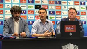 Rubi, flanqueado por el presidente Agustín Lasaosa y el director deportivo Emilio Vega