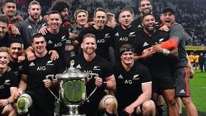 Los All Blacks de Nueva Zelanda, con el trofeo