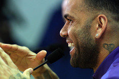 Alves, bailando al final de la rueda de prensa