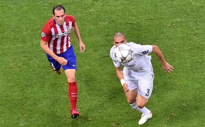 God�n lucha por un bal�n con Pepe