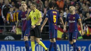 Iglesias Villanueva rodeado de jugadores blaugrana en el Valencia-Barça de la Liga 2017/18