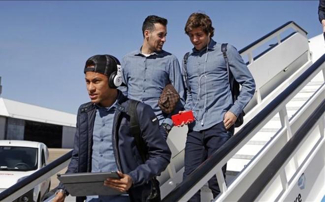 La imagen de los futbolistas del Barcelona bajando del avi�n ser� habitual los pr�ximos dos meses