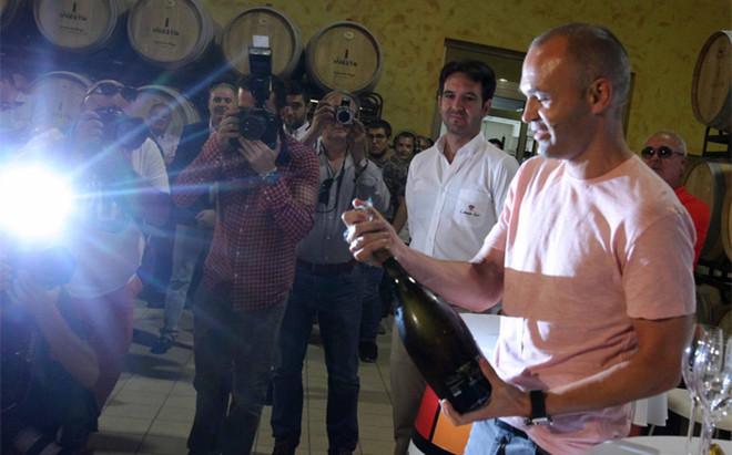 Iniesta descorch� su nuevo vino