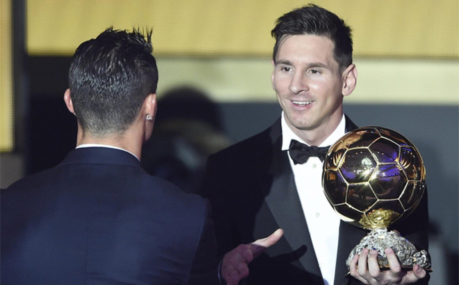 Leo Messi y Cristiano Ronaldo (de espaldas) durante la entrega del �ltimo Bal�n de Oro