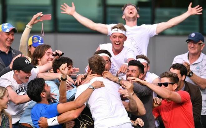 Marcus Willis celebra con sus amigos su primer triunfo en el ATP Tour... y en Wimbledon