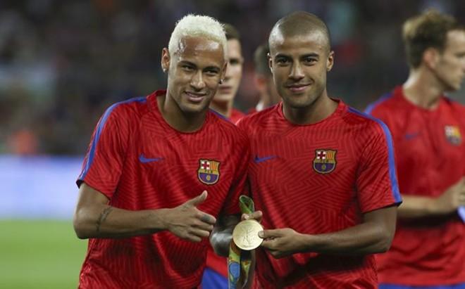 Neymar y Rafinha el d�a que ofrecieron la medalla de oro ol�mpica al Camp Nou
