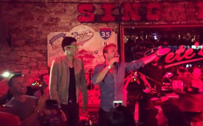Nico Rosberg, en plena actuaci�n en Pete's, un popular local de Austin