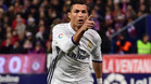 Cristiano Ronaldo celebra uno de sus tres goles en el Atlético - Real Madrid de LaLiga 2016/17