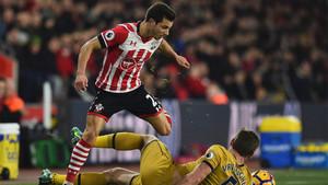 Cedric Soares evita un tackle de Jan Vertonghen durante un partido de la Premier entre el Southampton y el Tottenham