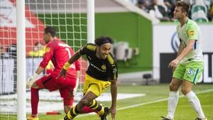 Aubameyang cierra la victoria del Dortmund en Wolfsburgo con este remate en boca de gol