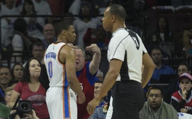 El aficionado trata de provocar a Westbrook tras anotar una canasta