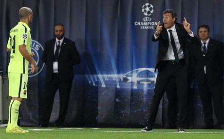 Luis Enrique da instrucciones a Javier Mascherano durante el PSG-Bar�a de la Champions