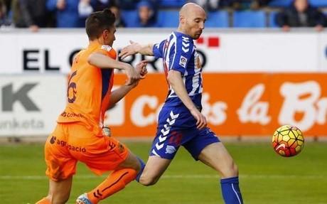 Toquero, controlando un bal�n ante el acoso de Tito