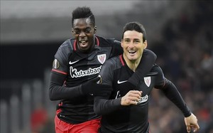 Aduriz es felicitado por Williams