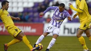 Lopez Garai intenta quitar un balón a Raúl de Tomás, el autor del gol