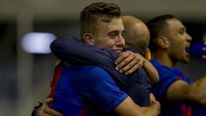 Oriol Busquets se abraza a Gabri tras conseguir el pase a la final four de la UEFA Youth League