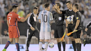 El arbitraje del Argentina-Chile no gustó ni a unos ni a otros