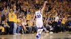 Curry celebra un triple con los fans del Oracle Arena